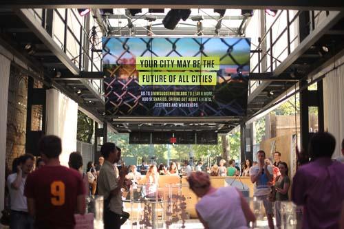 """Un interno del BMW Guggenheim Lab interior con l'installazione interattiva """"Urbanology"""""""