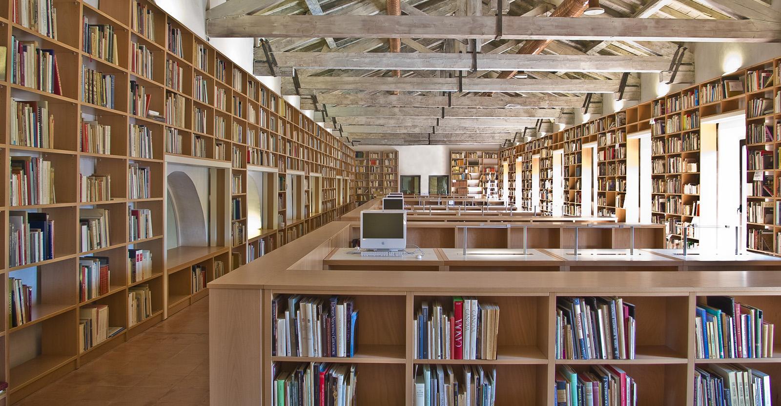 La sala di consultazione della Fondazione Federico Zeri a Bologna