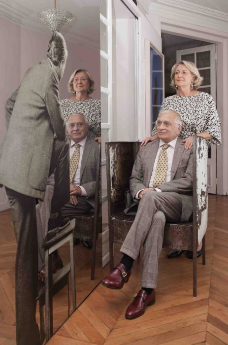 I collezionisti Giuliana e Tommaso Setari accanto a «Uomo col panchetto» (1962-80) di Michelangelo Pistoletto nell'ingresso dell'abitazione parigina. Foto © Elio Germani