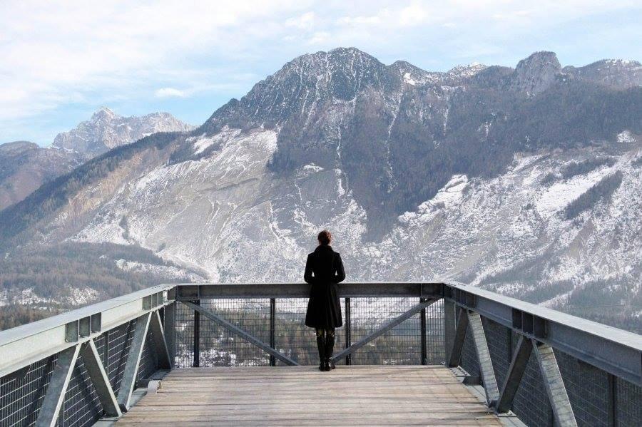 Progetto Dolomiti Contemporanee. La passerella sospesa che guarda il toc, allo spazio di casso foto: archivio dc