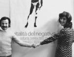 Achille Bonito Oliva e Graziella Lonardi Buontempo davanti al manifesto di Vitalità del negativo nell'arte italiana 1960/70