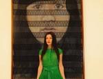 Rebecca Russo davanti a una delle opere in mostra. Courtesy Videoinsight® Center