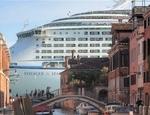 Il pericolo rappresentato dal transito delle grandi navi da crociera nella Laguna di Venezia ha indotto il World Monuments Fund a inserire al città nella sua lista di siti mondiali a rischio